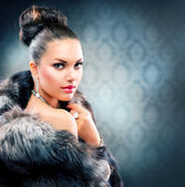 Beautiful Woman in Luxury Fur Coat — Stok fotoğraf