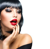 Güzel esmer kız portre üzerinde beyaz. şehvetli kırmızı dudaklar — Stok fotoğraf