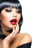 Piękna brunetka dziewczyna portret na biały. zmysłowe usta na czerwono — Zdjęcie stockowe