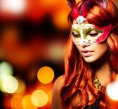 μεταμφίεση. όμορφο κορίτσι σε μια αποκριάτικη μάσκα — Φωτογραφία Αρχείου
