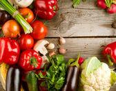 Vegetales orgánicos saludables en el fondo de madera — Foto de Stock
