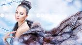 Femme hiver en manteau de fourrure de luxe — Photo