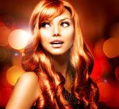 Yanıp sönen arka plan üzerinde parlak kırmızı uzun saçlı güzel kız — Stok fotoğraf