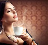 Krásná žena s šálkem kávy nebo čaje — Stock fotografie