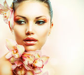 Beautiful Girl With Orchid Flowers. Beauty Woman Face — Stok fotoğraf