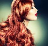 мода красный волосатая девочка портрет — Стоковое фото