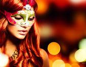 Mascarade. belle jeune fille dans un masque de carnaval — Photo