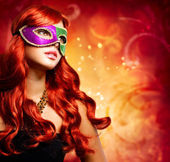 Mooi meisje in een carnaval masker — Stockfoto