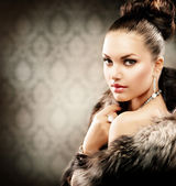 Beautiful Woman in Luxury Fur Coat — 图库照片