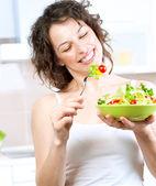Dieta. giovane e bella donna mangiare insalata di verdure — Foto Stock