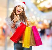 Shopping di Natale. ragazza con sacchetti in centro commerciale — Foto Stock