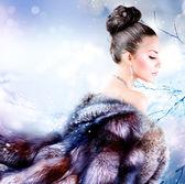 高級毛皮のコートでの冬の女の子 — ストック写真