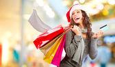 χριστουγεννιάτικα ψώνια. κορίτσι με πιστωτική κάρτα στο εμπορικό mall.sales — Φωτογραφία Αρχείου