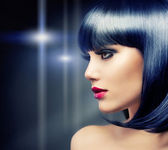Hermosa chica morena. pelo negro sano — Foto de Stock