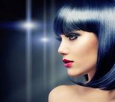 Piękna brunetka dziewczynka. zdrowe czarne włosy — Zdjęcie stockowe