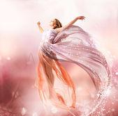 Fee. mooi meisje in waait jurk vliegen. magie — Stockfoto