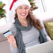 Kerstmis online winkelen. meisje met creditcard naar e-shop — Stockfoto