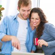 Online Shopping. Couple Using Credit Card to Internet Shop — Stockfoto