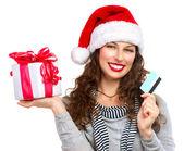 Jul. glada leende kvinna med presentask och kreditkort — Stockfoto