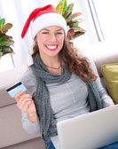 Compras en línea de navidad. chica usando tarjeta de crédito a e-shop — Foto de Stock