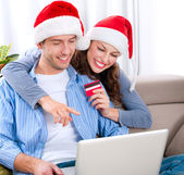 Christmas Online Shopping. Couple Using Credit Card to E-Shop — Stok fotoğraf