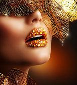 роскошный золотой макияж. красивые профессиональный праздник макияж — Стоковое фото
