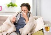 Femme malade avec thermomètre. grippe. éternuements en tissu — Photo