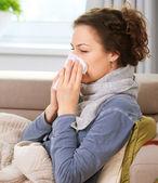 болен woman.flu.woman поймал холода. чихание в ткани — Стоковое фото
