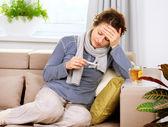 Mujer enferma con termómetro. dolor de cabeza. gripe — Foto de Stock