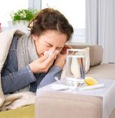 Woman.flu.woman mal cogido frío. estornudar en tejido — Foto de Stock