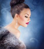 Winter Girl in Luxury Fur Coat. Fashion Fur. Jewelry — Stock Photo