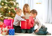 Crianças felizes com os presentes de Natal — Fotografia Stock