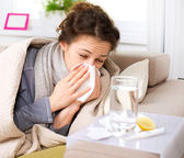 грипп или холода. чихание женщина больных дует нос — Стоковое фото