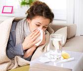 Grypy lub zimno. kichanie kobieta chora, dmuchanie nosa — Zdjęcie stockowe