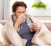 Kranke frau. grippe. frau erwischt kalt. niesen in gewebe — Stockfoto