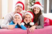 Familia de navidad con los niños. los niños y padres sonrientes felices — Foto de Stock