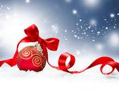 χριστούγεννα διακοπές φόντο με κόκκινο μπιχλιμπίδι και χιόνι — Φωτογραφία Αρχείου