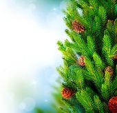 Weihnachtsbaum-grenze-design über die grünen hintergrund jedoch unscharf — Stockfoto