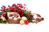 świąteczne dekoracje i pudełko na białym tle — Zdjęcie stockowe