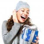 glad ung kvinna med jul presentförpackning — Stockfoto