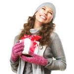 glückliche junge Frau mit Weihnachts-Geschenk-box — Stockfoto