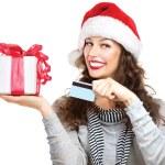 Weihnachten. glücklich lächelnde Frau mit Geschenkbox und Kreditkarte — Stockfoto