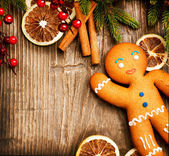 Christmas Holiday Background. Gingerbread Man over Wood — Stok fotoğraf