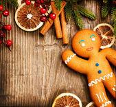 Weihnachten urlaub hintergrund. lebkuchenmann über holz — Stockfoto
