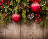 木製の背景上のクリスマス。木の上の装飾 — ストック写真