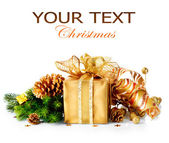De doos van de gift van kerstmis en decoraties geïsoleerd op witte achtergrond — Stockfoto