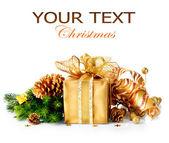 Noel hediye kutusu ve beyaz arka plan üzerinde izole süslemeleri — Stok fotoğraf