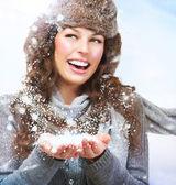 χριστούγεννα κορίτσι. ανυψούμενο χιόνι του χειμώνα γυναίκα — Φωτογραφία Αρχείου