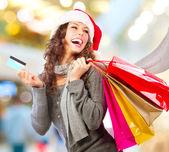 クリスマスの買い物。mall.sales のショッピングでクレジット カードを持つ少女 — ストック写真