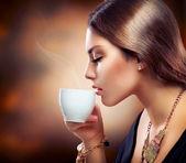 красивая девушка, пить чай или кофе — Стоковое фото